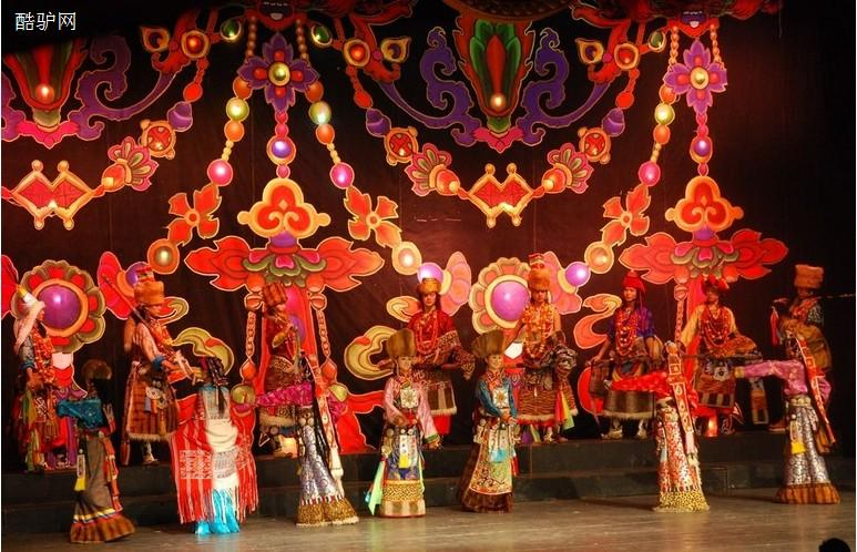 蓝天洗浴表演歌舞图片 安徽农村大棚歌舞 农村歌舞团表演全集 看见女