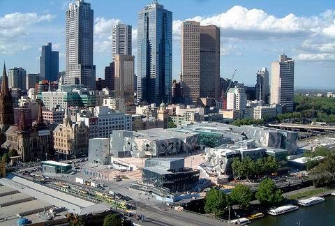 墨尔本联邦广场的独特设计曾获得1997年的伦敦雷博建筑设计大奖,同年