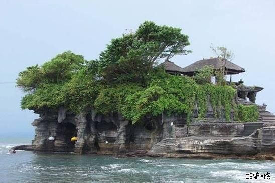 海神庙景色十分迷人,是巴厘岛强烈推荐的美景,是巴厘岛最著名的寺庙