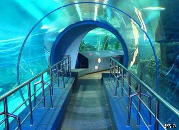 坐落于北京中央广播电视塔下,是以展示海洋生物为主,集科普教育,观赏