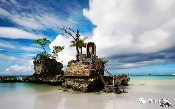 """长滩岛位于菲律宾中部,处于班乃岛的西北尖端,形状如同一个哑铃。整座岛不过7公里长,却有一片长达4公里的白色沙滩,被誉为""""世界上最细的沙滩""""。雪白的沙滩、碧蓝的海水、和煦的阳光使长滩岛成为著名的度假胜地,度假村和酒吧星罗棋布,来自世界各地的游人在海滩边消磨一个又一个漫漫长日。《四川酷驴网》为您送上长滩岛最全攻略。 【12大景点】 1、白沙滩 白沙滩是长滩岛得以闻名世界的最大原因。被评为世界十大海滩之一,被誉为""""亚洲最美沙滩""""。白沙滩平缓舒缓,沙质细腻洁白,海水"""